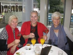Renate, Brigitte und ich beim fröhlichen Frühstück